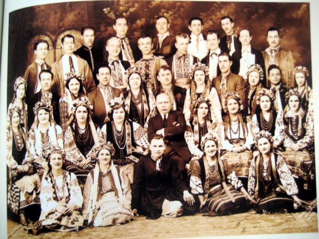 В.Авраменко та О. Кошиць серед танцюристів. 1937