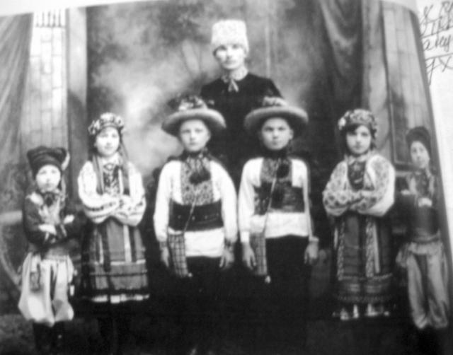 В.-Авраменко-зі-своїми-учнями-у-Вінніпезі.-1928