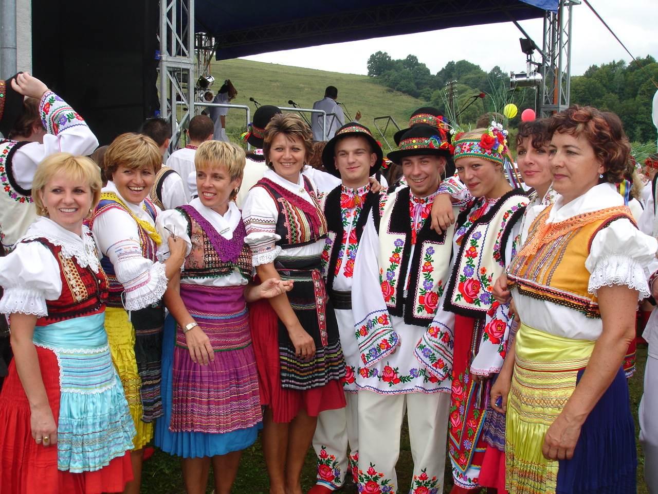 Carpatho-Rusyn_sub-groups_-_Presov_area_Lemkos_(left_side)_and_Przemyśl_area_Ukrainians_in_original_goral_folk-costumes.