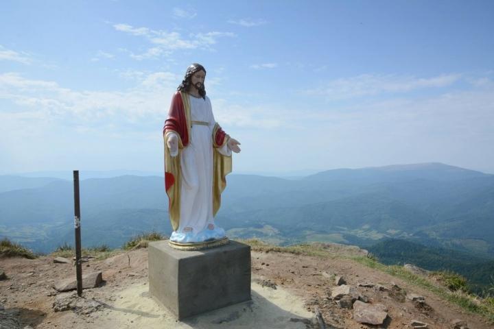 На найвищій горі Львівщині встановили статую Ісуса Христа