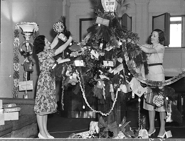 Christmas_tree_in_studio,_24-12-1937_-_by_Sam_Hood_(3081802736)