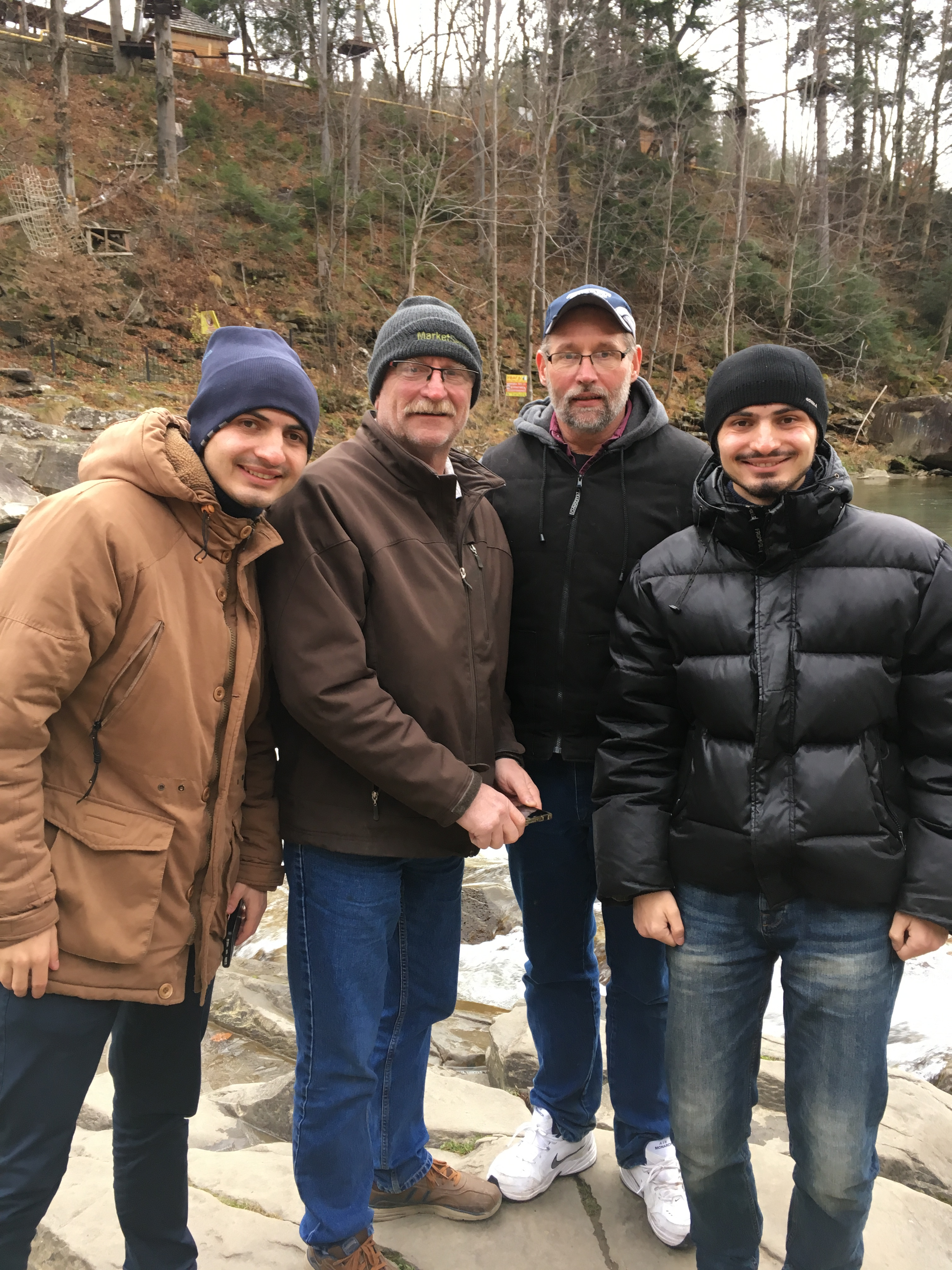 Кен разом із другом та родичами в Україні
