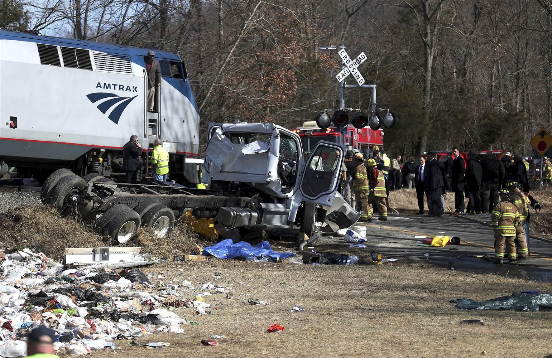 180131-train-gop-trash-truck-crash-semergency-personnel-se-1238p_e368f95ec7b5d6c3189c782ebf187c8c.nbcnews-ux-2880-1000