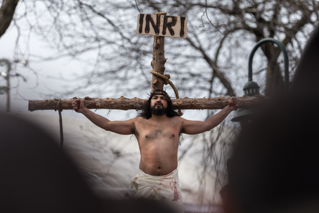 Anthony Macias reenacts Jesus' crucifixion at Harrison Park. | Erin Brown/Sun-Times