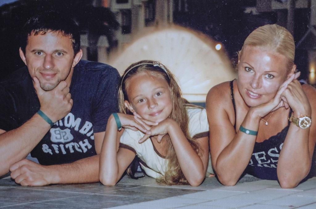 Маленька Даринка з батьками